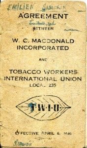 <b>Convention collective ayant appartenue à Émilien Sabourin, 1946.</b> Collection Macdonald Tobacco, Écomusée du fier monde