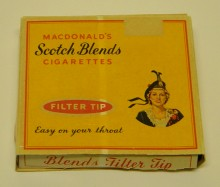 <b>Paquet de cigarettes Scotch Blends, vers 1950.</b> Collection Macdonald Tobacco, Écomusée du fier monde
