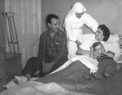 Berthe Marcotte, Petite Sœur de l'Assomption, lors d'une visite à domicile, 1963. Archives des Petites Sœurs de l'Assomption. C'est à partir de 1933 que les Petites Sœurs de l'Assomption commencent à intervenir dans le centre-ville de Montréal. Elles offrent principalement un soutien à domicile à des familles qui ont des besoins particuliers.