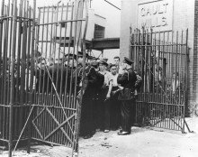 Grève local 100 contre la Montreal Cotton Co., plan de la rue Dufferin endommagé après l'émeute du 13 août, 1946. Collection Madeleine Parent et Kent Lowley, Musée de société des Deux-Rives.