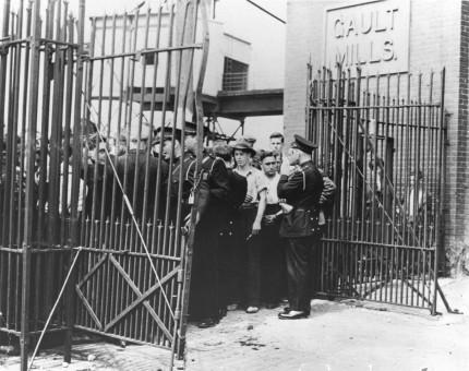 Grève local 100 contre la Montreal Cotton Co., plan de la rue Dufferin endommagé après l'émeute du 13 août, 1946. Collection Madeleine Parent et Kent Lowley, Musée de société des Deux-Rives. En 1942, Madeleine Parent se retrouve à la tête du mouvement de syndicalisation des usines de la Dominion Textile. Les ouvriers des cinq usines de l'entreprise entrent en grève en 1946. Le conflit se règle rapidement à Montréal, mais les choses se corsent à Valleyfield. Le 13 août 1946, la tension entre grévistes et policiers éclate et provoque un affrontement qui tourne à l'émeute. Le conflit se dénoue le 3 septembre, à l'avantage des travailleuses et des travailleurs.