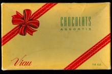 <b>Boîte-cadeau en carton de chocolats assortis, vers 1955.</b> Collection Viau, Écomusée du fier monde