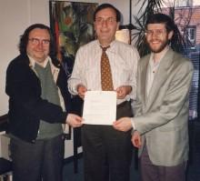 <b>Signature du contrat de la cession du bain Généreux à l'Écomusée du fier monde, avec Michel Gendron, codirecteur, André Boulerice, député de Sainte-Marie – Saint-Jacques, et René Binette, codirecteur, 1995.</b> Écomusée du fier monde