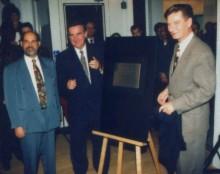 Inauguration de la relocalisation de l'Écomusée au bain Généreux, en présence de Bernard Tremblay, président de l'Écomusée, Pierre Bourque, maire de Montréal et Serge Ménard, ministre d'État à la métropole, 1996. Écomusée du fier monde
