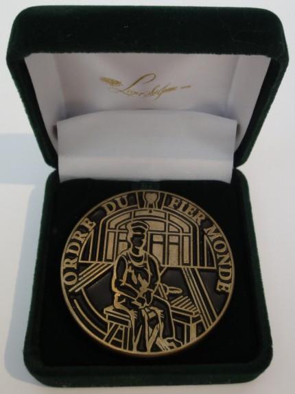 Médaille de l'Ordre du fier monde. Photo : Adèle Paul-Hus, Écomusée du fier monde