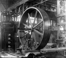 Un ouvrier à l'intérieur de l'usine de la compagnie Hydraulic Machinery, rue Tansley, vers 1900. Fonds Hydraulic Machinery, Écomusée du fier monde