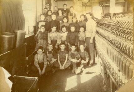 Ouvriers et ouvrières dans une filature, vers 1900. Écomusée du fier monde
