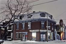 Épicerie, coin sud-est des rues Logan et Plessis, la nuit, 1977. Photo : Daniel Heïkalo, Écomusée du fier monde