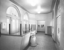Accueil et entrée des vestiaires, vers 1957. Photo : Service des Parcs de Montréal, Écomusée du fier monde