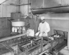<b>Bottling at the Canadienne Dairy in 1938.</b> Montréal dairy heritage collection, Écomusée du fier monde