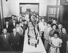 Fête pour les enfants dans l'espace d'accueil du bain Généreux, 1955. Photo : Service des Parcs de Montréal, Écomusée du fier monde