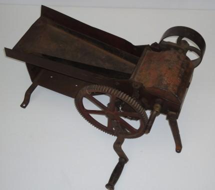 Machine à manivelle pour hacher le tabac, début du 20e siècle. Collection Macdonald Tobacco, Écomusée du fier monde