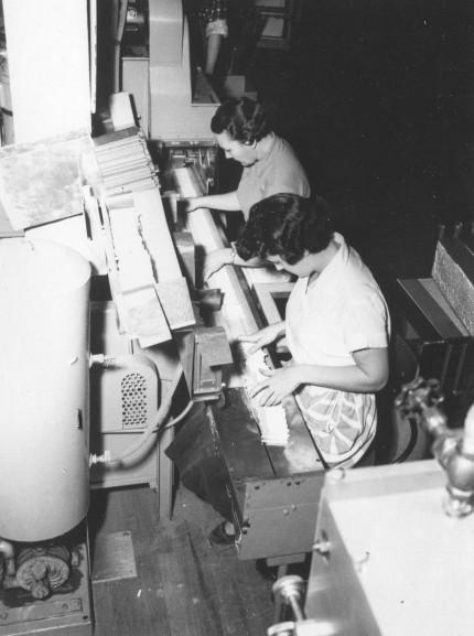 Ouvrières à la production de cigarettes, vers 1965. Collection Macdonald Tobacco, Écomusée du fier monde