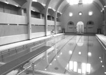 <b>Cleaning the pool, 1962.</b> Photo: Service des Parcs de Montréal, Écomusée du fier monde