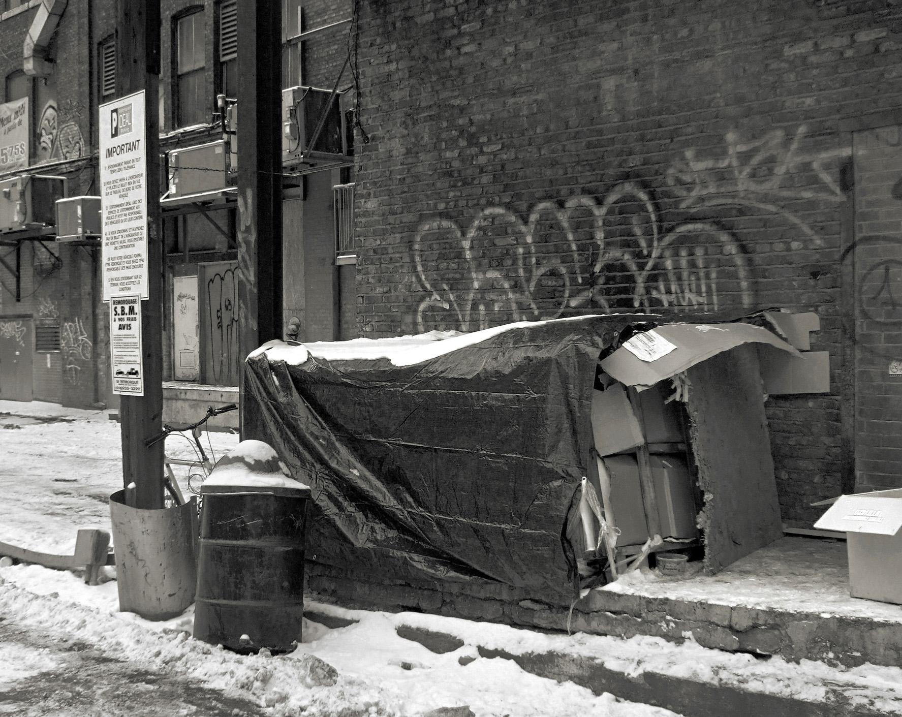 L'itinérance est aussi une conséquence du problème d'accès au logement. <b><i>La cabane à Simon,</i> 31 décembre 2006.</b> Photo-documentaire : Laurent Boursier, photodoc.unblog.fr