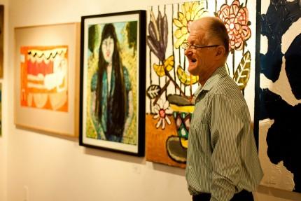 <b>Gilles Grégoire devant ses œuvres co-créées avec Armand Vaillancourt dans l'exposition <i>D'un œil différent,</i> 2012.</b> Photo : Youssef Shoufan