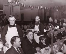 Souper du pauvre, sous-sol de l'Église Saint-Pierre Apôtre, 1941. Archives provinciales des Oblats de Marie Immaculée, Richelieu