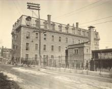 L'ancienne école Saint-Pierre accueille aujourd'hui le Centre St-Pierre. Archives des Frères Maristes, Château-Richer