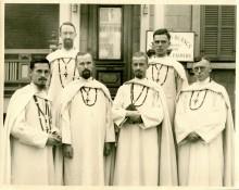 <b>Départ de Pères Blancs vers l'Afrique, devant leur maison de la rue Saint-Hubert, 1939.</b> Archives des Missionnaires d'Afrique