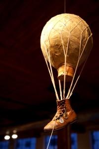<b><i>Ballon-poste « Le Neptune (1870) »</i>, assemblage, 2013.</b><br /> Élise Robichaud-Guilbault
