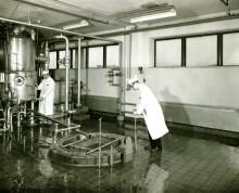 <b>Deux employés s'affairent près d'un cuiseur pour la confiture, vers 1955.</b> Archives – HEC Montréal, Fonds Alphonse Raymond, P078/Z, 0001