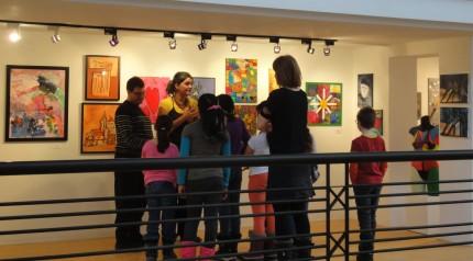 <b>Visite commentée de l'exposition <i>D'un œil différent</i> avec des enfants, 2015.</b> Photo : Émilie Allain, Écomusée du fier monde
