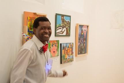 <b>Un artiste dans l'exposition.</b> Photo : Élise Hogberg