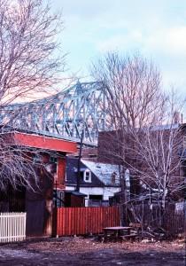<b>Maisons à l'ombre du pont Jacques-Cartier, rue Dorion, 1976.</b> Photo : Daniel Heïkalo