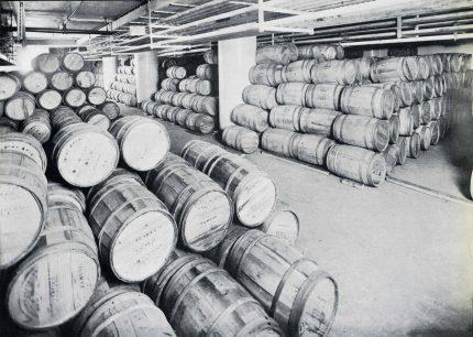 <b>Intérieur de l'entrepôt frigorifique dans le port de Montréal, 1927.</b> The Growth of a Great Port, Harbour Commissioners of Montreal, 1927, Écomusée du fier monde