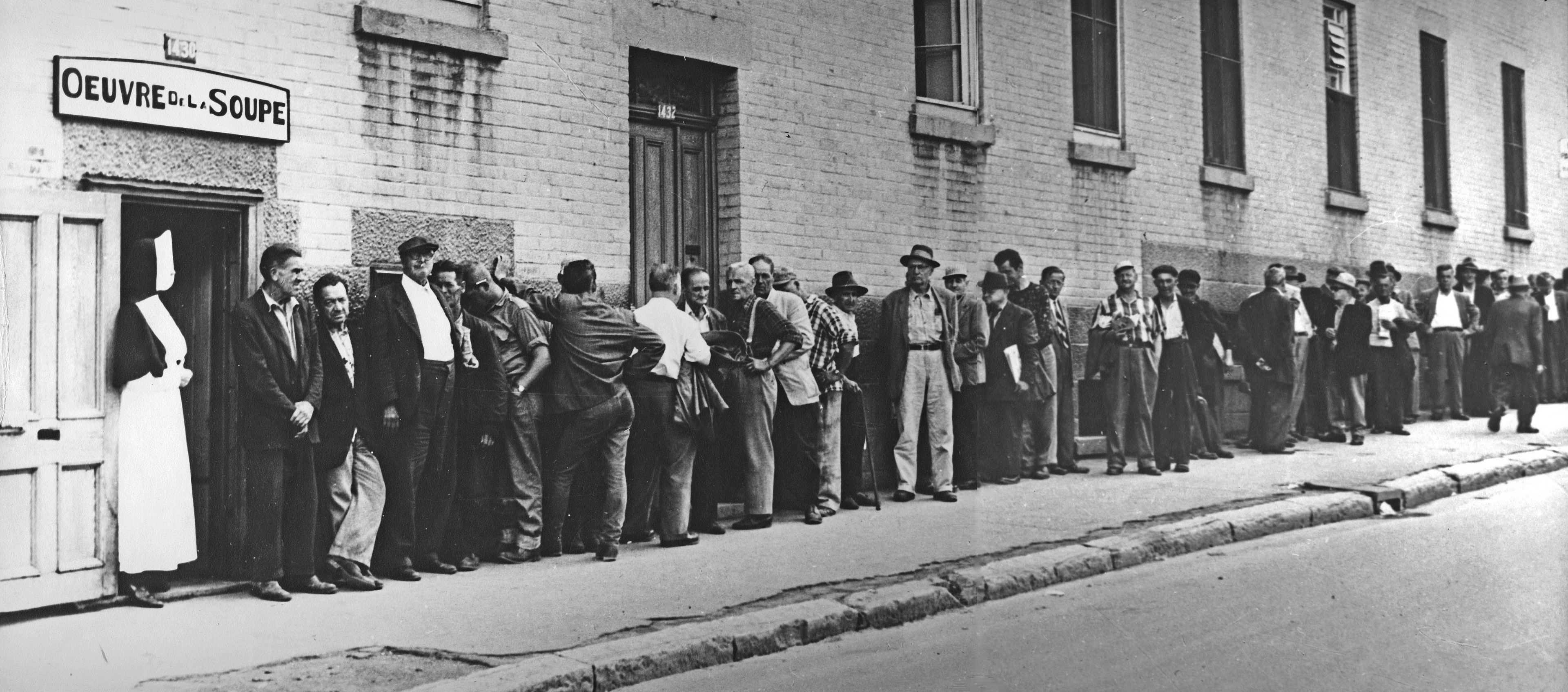 <b>Œuvre de la soupe à l'Asile de la Providence, angles des rues Sainte-Catherine et Saint-Hubert, vers 1930.</b> Archives Providence Montréal