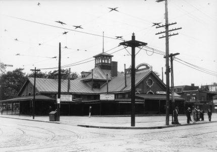 <b>Le premier bâtiment du marché Saint-Jacques est construit en 1872, rues Ontario et Amherst. Le bâtiment, vers 1910.</b> Archives de la Ville de Montréal