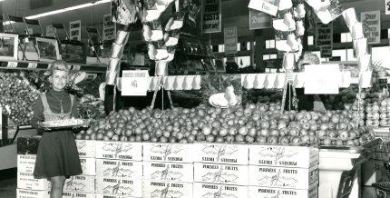 <b>Un étalage de fruits dans une succursale de la chaîne Dominion, vers 1960.</b> Archives Courchesne, Larose Limitée
