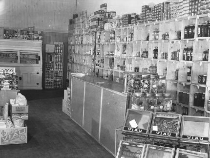 <b>La Familiale, Notre-Dame East Street, 1938.</b> Photo : Conrad Poirier, Fonds Conrad Poirier, BAnQ Vieux-Montréal, Bibliothèque et Archives nationale du Québec