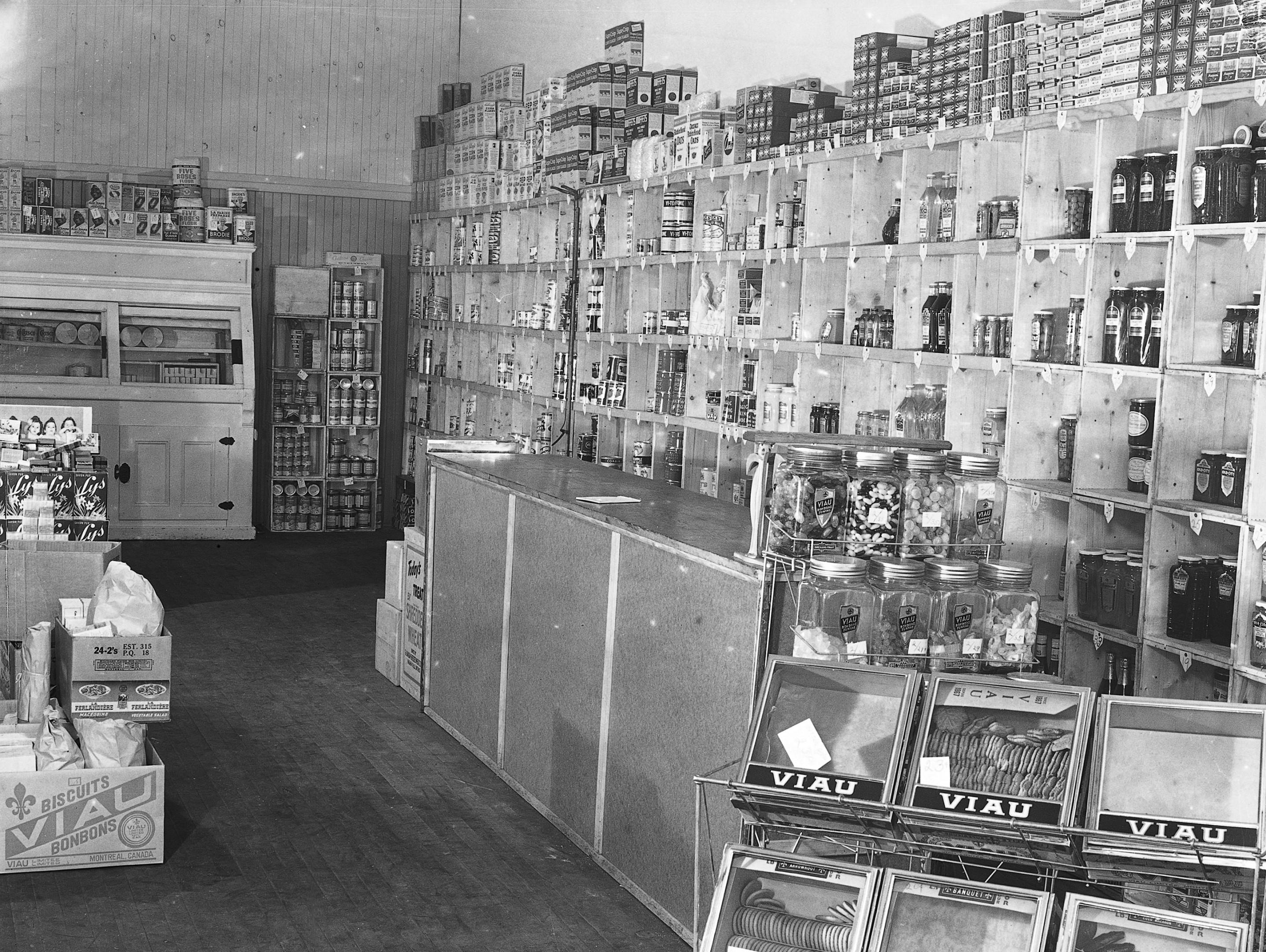<b>Succursale de la coopérative La Familiale, rue Notre-Dame Est, 1938.</b> Photo : Conrad Poirier, Fonds Conrad Poirier, BAnQ Vieux-Montréal, Bibliothèque et Archives nationale du Québec