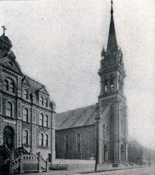 L'église Sainte-Brigide-de-Kildare et une partie e l'école Sainte-Brigide, vers 1900