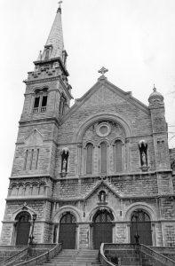 L'église Saint-Eusèbe-de-Verceil et son presbytère.