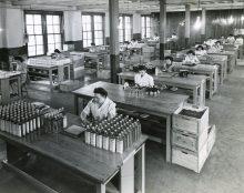 Des travailleuses collent des étiquettes sur les contenants Familex, vers 1953. Associated Screen News Ltd, Collection Parent, Écomusée du fier monde